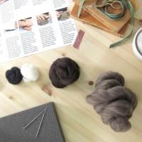 Fourchette à tricoter avec laine rouge/lilas/rose